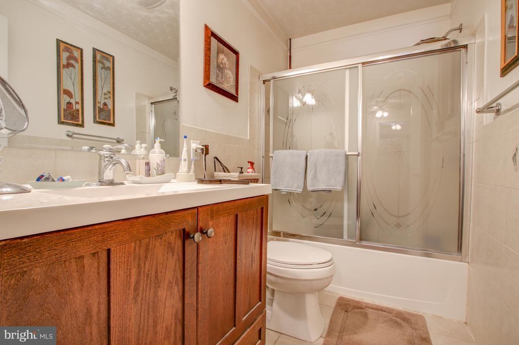 Updated Full Bath on Upper Level! - 4616 UPLAND DR, ALEXANDRIA