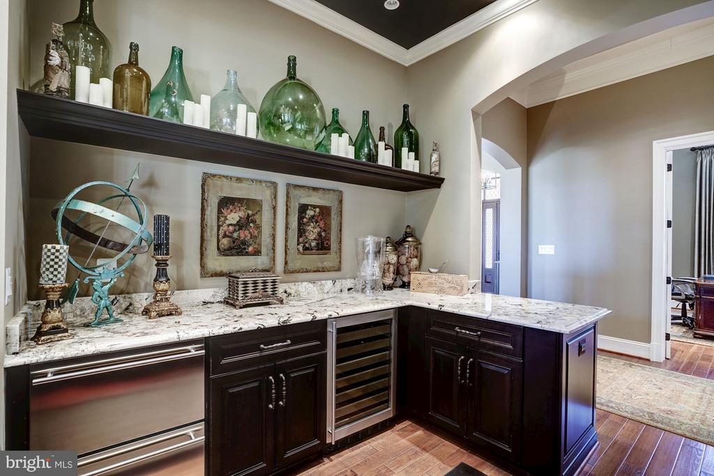 Wet Bar off Family Room - 8447 PORTLAND PL, MCLEAN