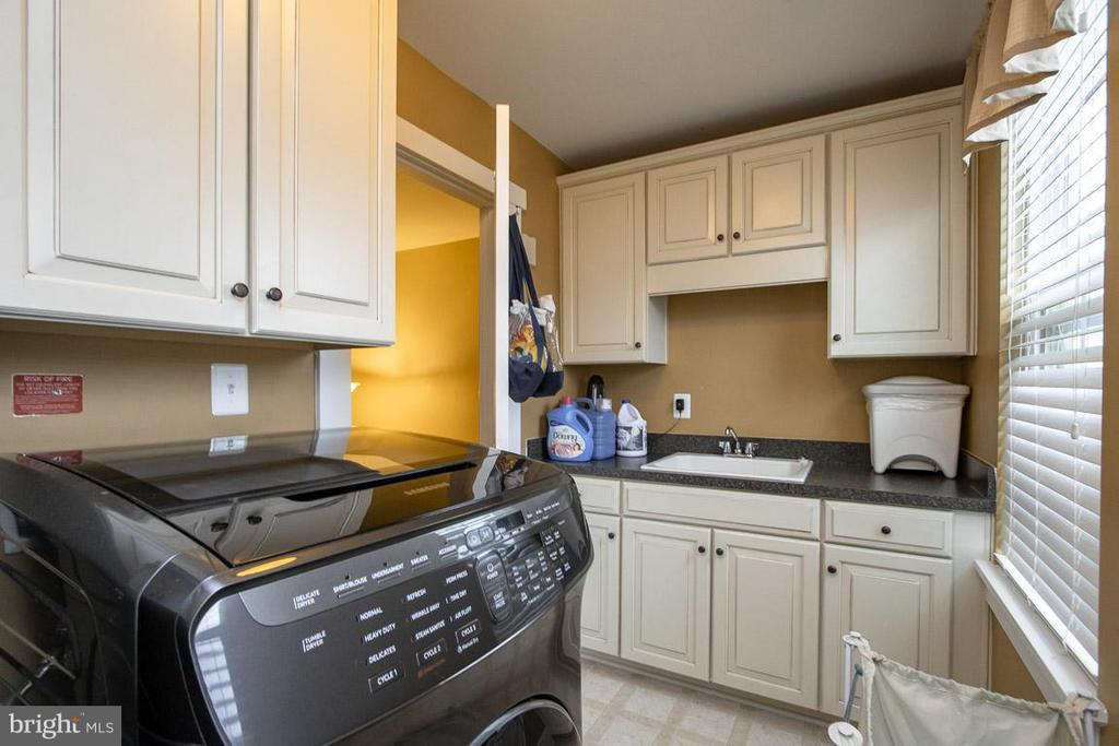 Convenient storage in laundry room - 16964 TAKEAWAY LN, DUMFRIES