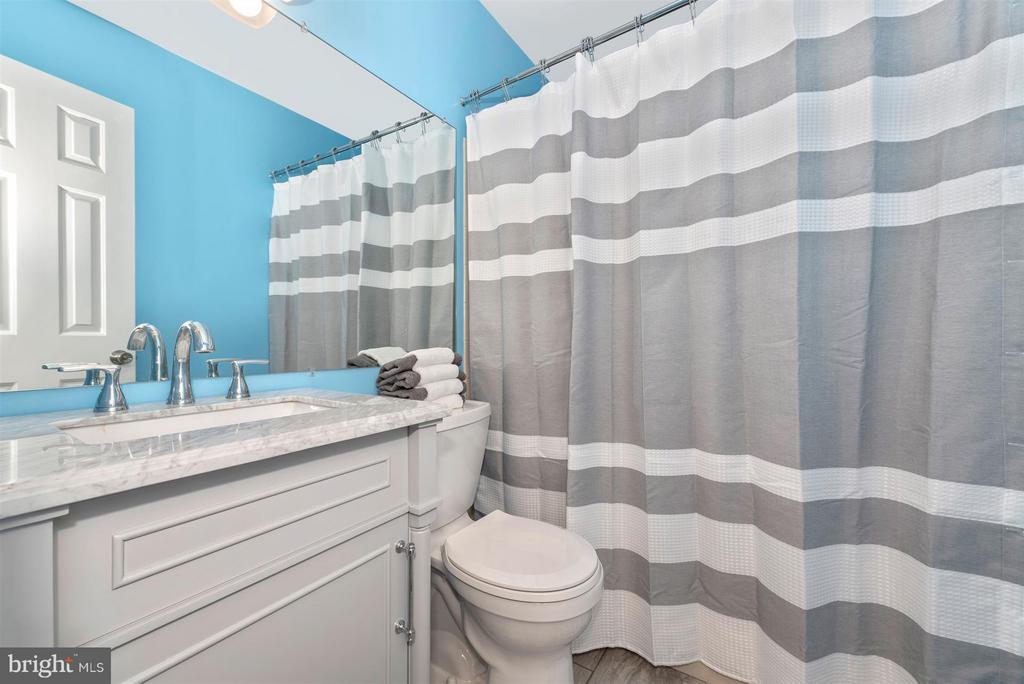 Upper level, updated hall bath - 6632 E BEACH DR, NEW MARKET