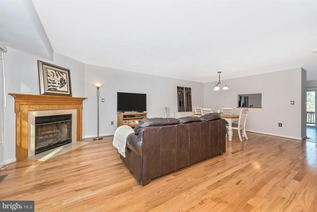 Gleaming Hardwoods and gorgeous fireplace! - 6632 E BEACH DR, NEW MARKET