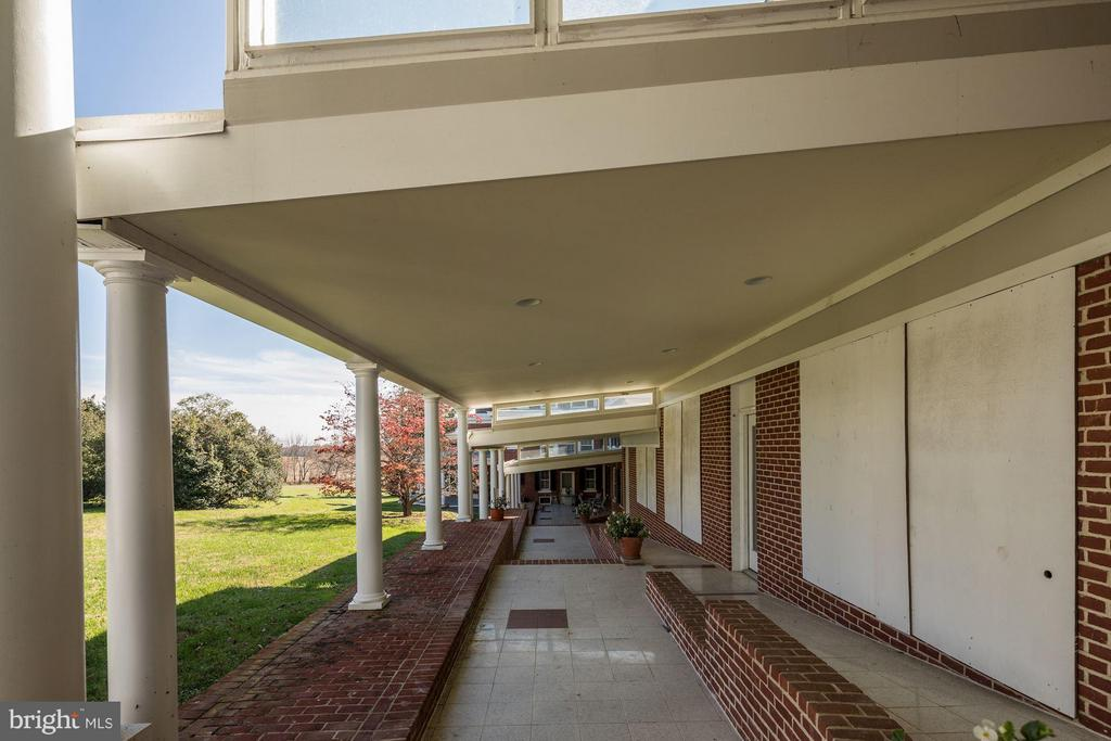 Colonnade from Oakdale Hall  to Oakdale - 16449 ED WARFIELD RD, WOODBINE