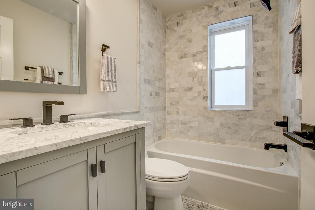 Upper-level bath - 406 N ST NW, WASHINGTON