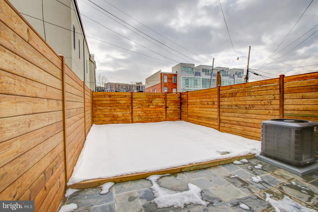 Fully-fenced yard & flagstone patio - 406 N ST NW, WASHINGTON