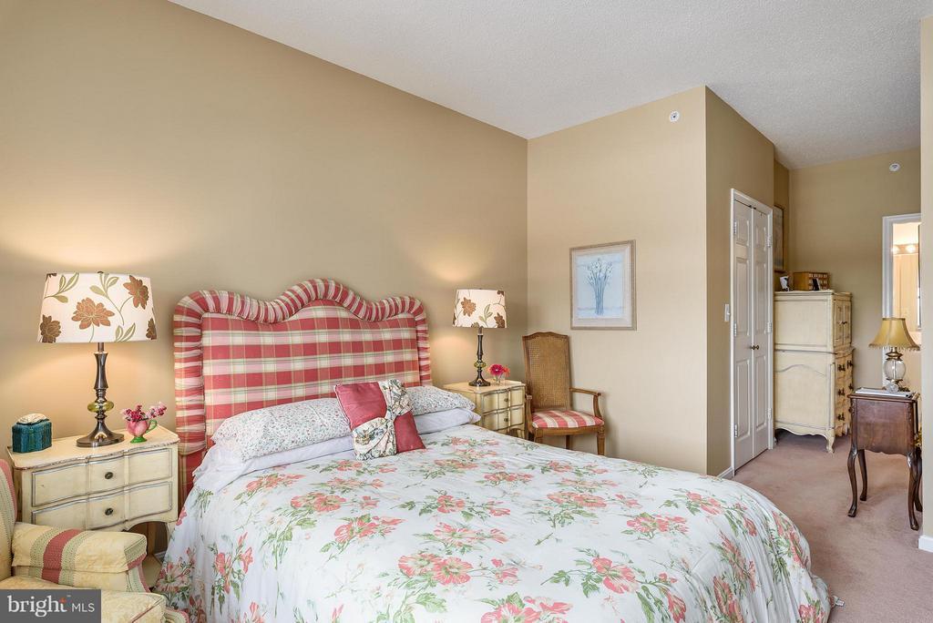 Master Bedroom with adjoining Master Bath - 19360 MAGNOLIA GROVE SQ #101, LEESBURG