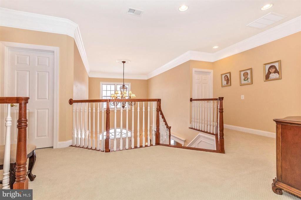 Upper hallway view to front stairway - 4207 MARYLAND CT, MIDDLETOWN