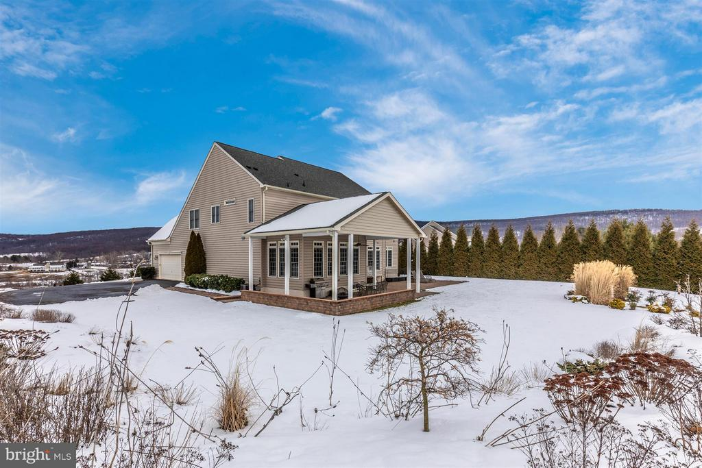 Snow covered landscaped area in back yard - 4207 MARYLAND CT, MIDDLETOWN