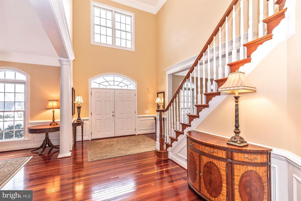 Grand 2-story entry foyer - 4207 MARYLAND CT, MIDDLETOWN