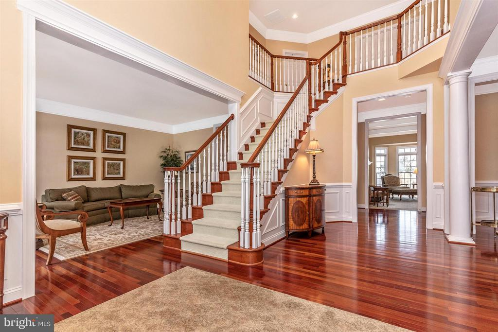 Grand front stairway in 2-story entry foyer - 4207 MARYLAND CT, MIDDLETOWN