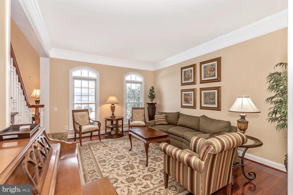 Large formal living room view from hallway - 4207 MARYLAND CT, MIDDLETOWN