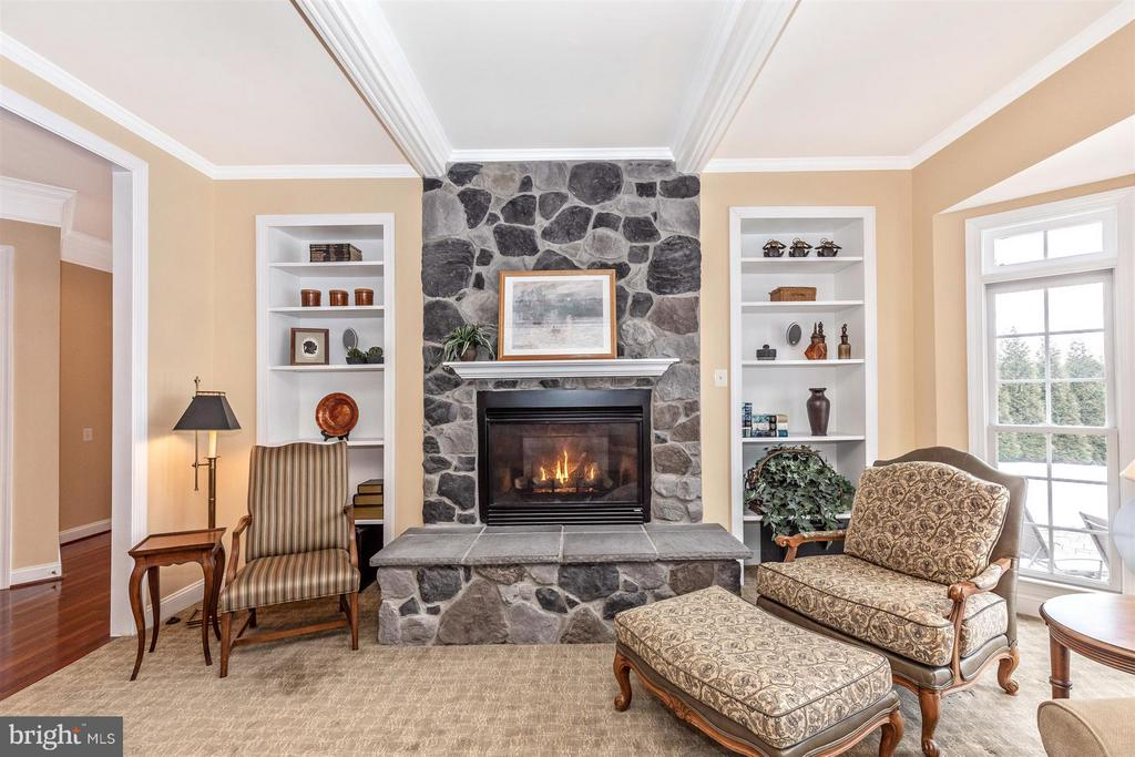 Gorgeous raised hearth gas FP w/stone face - 4207 MARYLAND CT, MIDDLETOWN