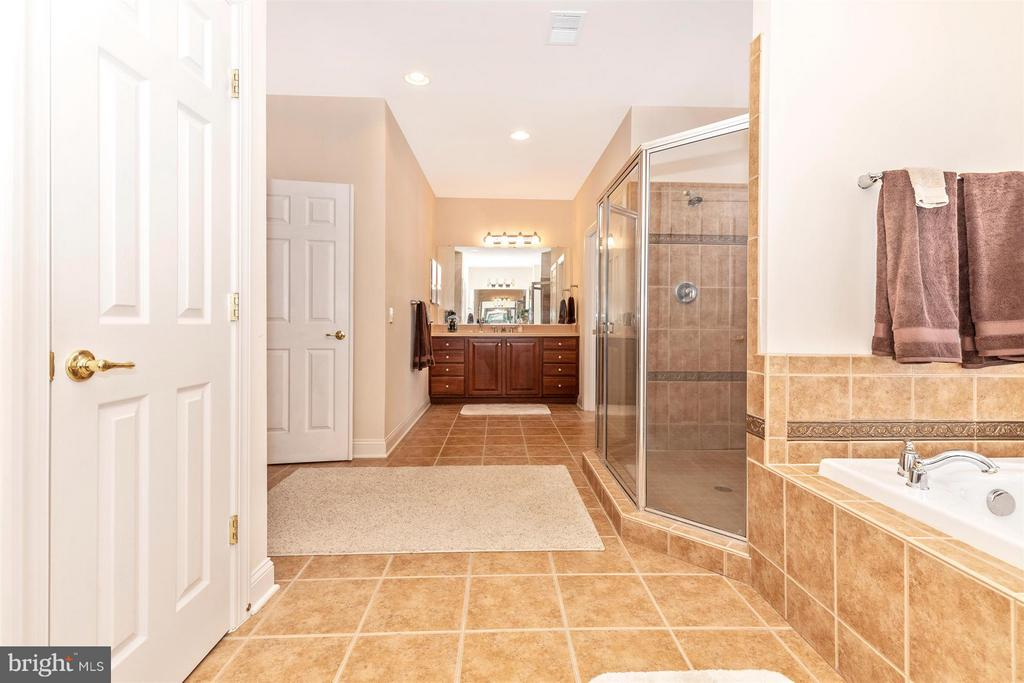 2 linen closets in master bath - 4207 MARYLAND CT, MIDDLETOWN