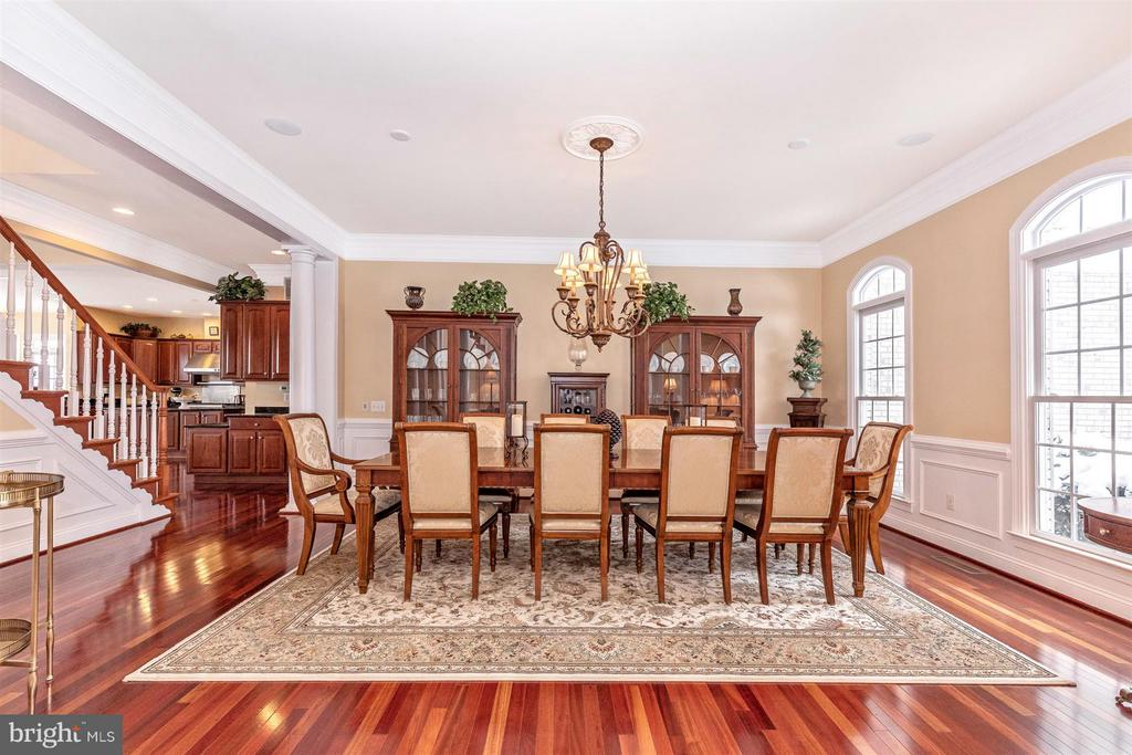 Huge formal DR with w/chair rail & crown molding - 4207 MARYLAND CT, MIDDLETOWN