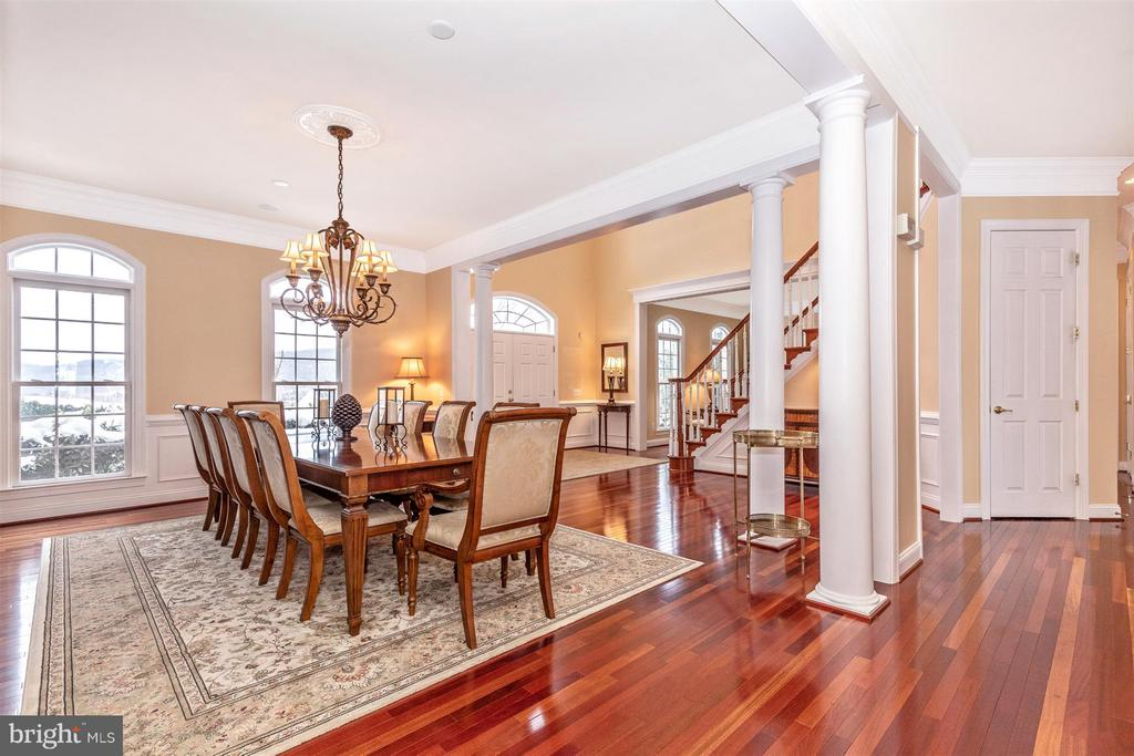 Decorative columns accent the formal dining room - 4207 MARYLAND CT, MIDDLETOWN