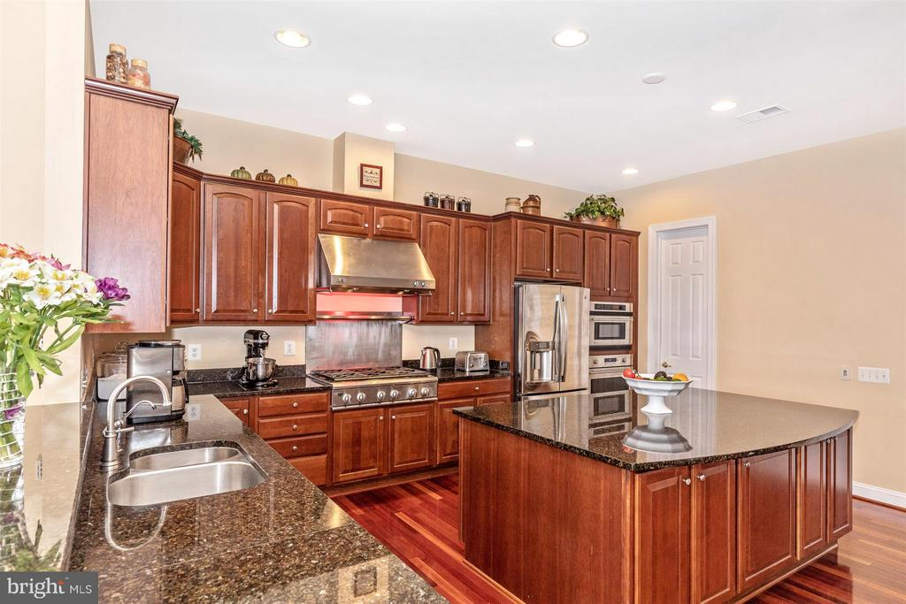 Huge island to delight the chef in the family - 4207 MARYLAND CT, MIDDLETOWN