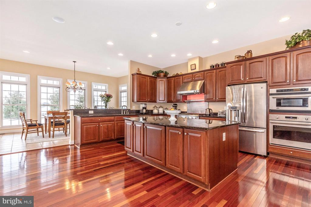 Huge center island w/beautiful granite - 4207 MARYLAND CT, MIDDLETOWN