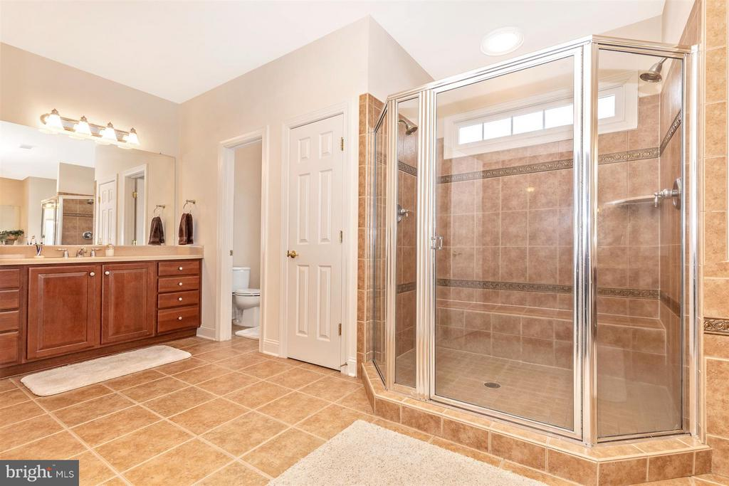 Huge double wide tile shower in master bath - 4207 MARYLAND CT, MIDDLETOWN