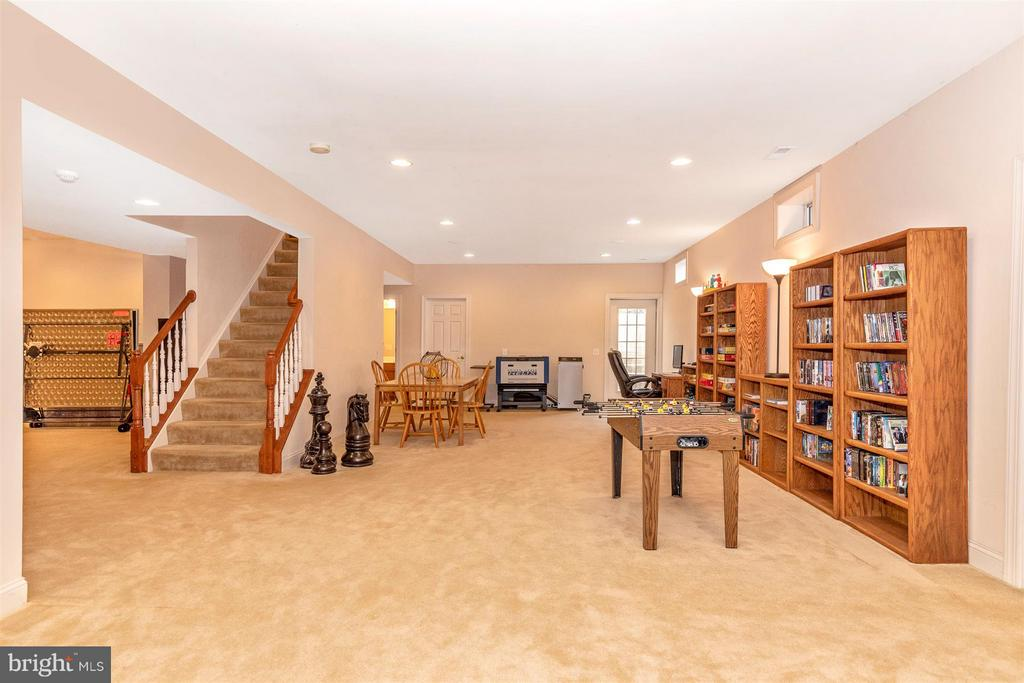 L-shaped rec. room on lower level - 4207 MARYLAND CT, MIDDLETOWN