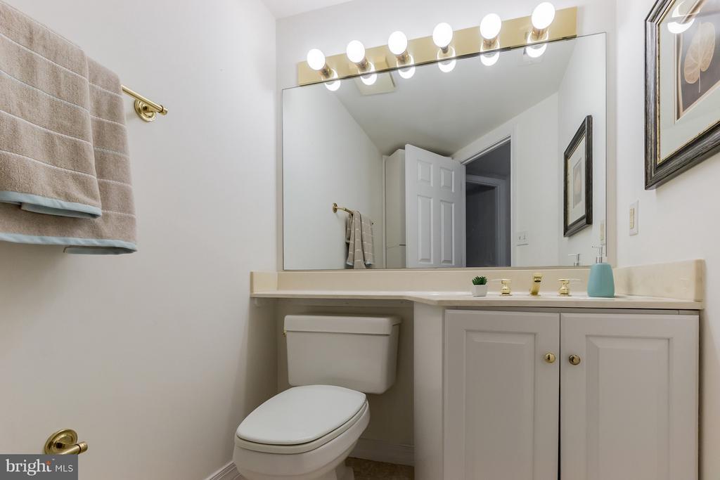 Hallway Half Bath - 5809 NICHOLSON LN #1011, NORTH BETHESDA