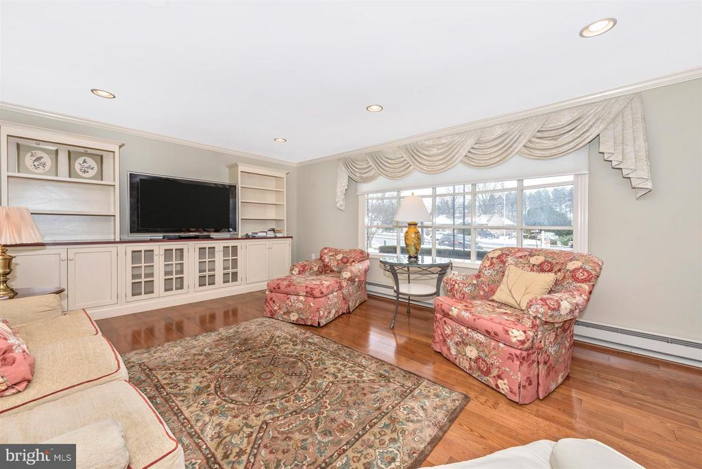 Spacious Living Room with built-ins - 7911 OPOSSUMTOWN PIKE, FREDERICK