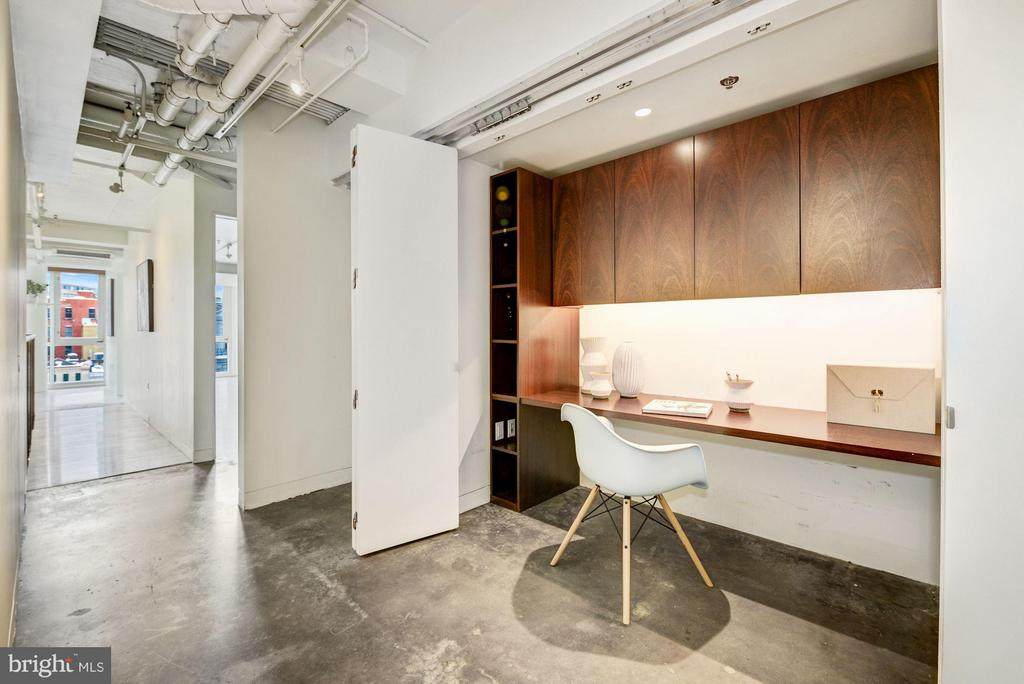 Upper Level Built-in Desk - 2002 MASSACHUSETTS AVE NW #2A, WASHINGTON