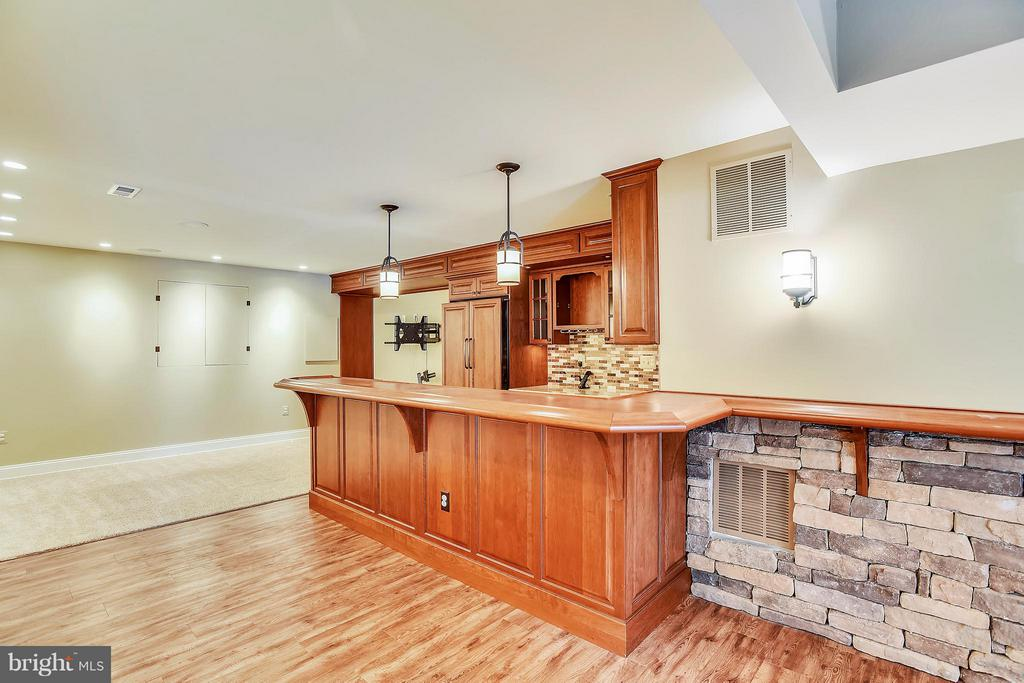 Wow!!  Thjs wet bar! - 21409 STURMAN PL, BROADLANDS