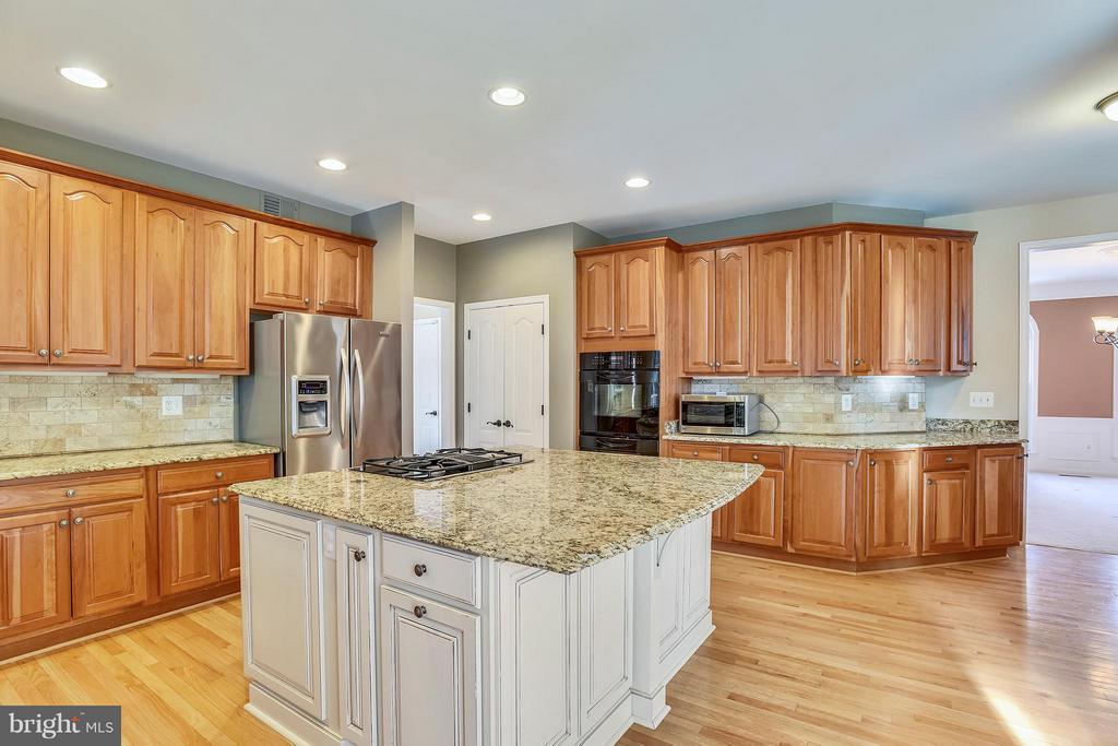 The kitchen has a extra large island. - 21409 STURMAN PL, BROADLANDS