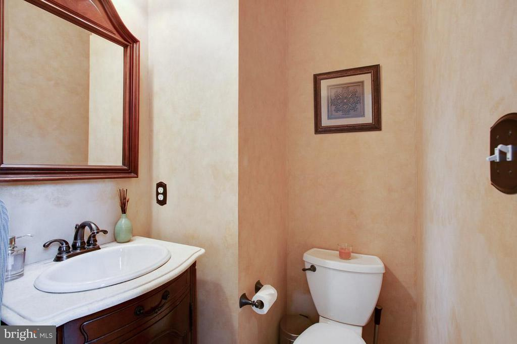 Main Floor Powder Room - 109 LAKE VIEW WAY NW, LEESBURG