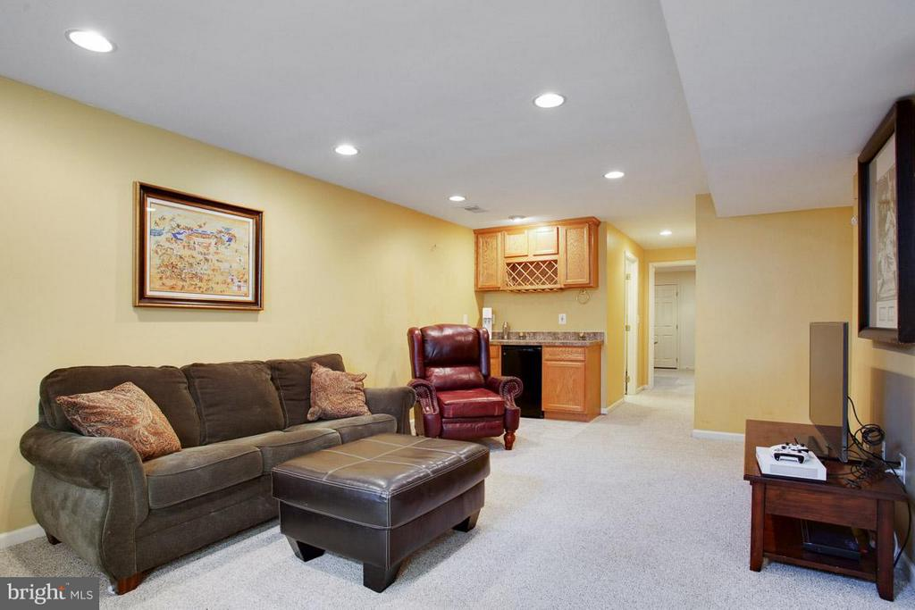 Entertaining Lower Level with mini bar - 109 LAKE VIEW WAY NW, LEESBURG