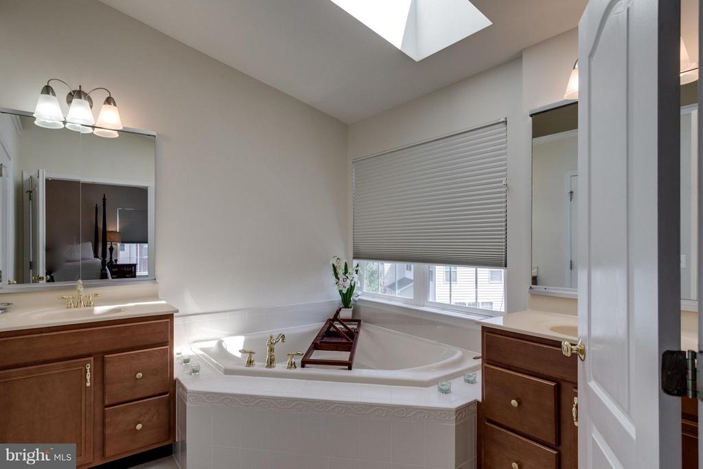 2 separate vanities -- relaxing spa tub - 20144 PRAIRIE DUNES TER, ASHBURN
