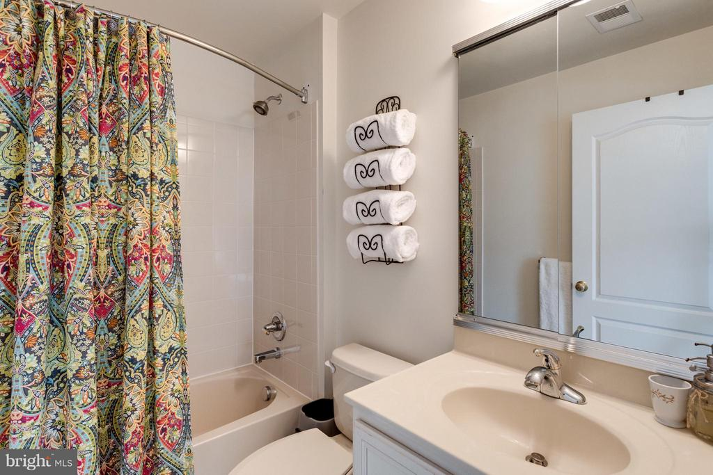 Neutral hall bath - 20144 PRAIRIE DUNES TER, ASHBURN