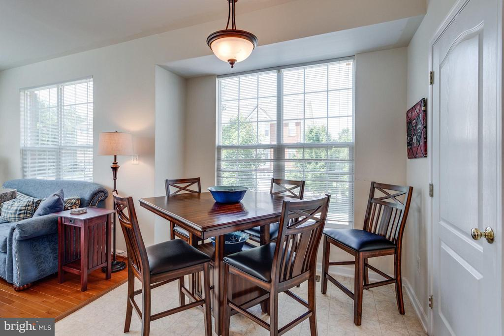 Box bay window for enlarged eating area - 20144 PRAIRIE DUNES TER, ASHBURN
