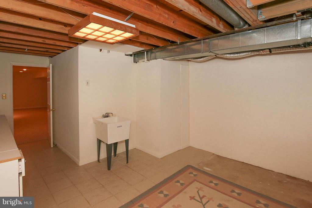 Unfinished area in basement - 46611 KINGSCHASE CT, STERLING