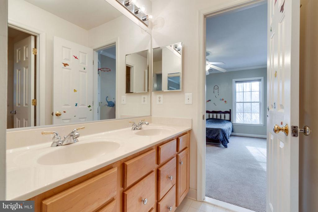 Jack and Jill Bathroom - 8020 POHICK RD, SPRINGFIELD