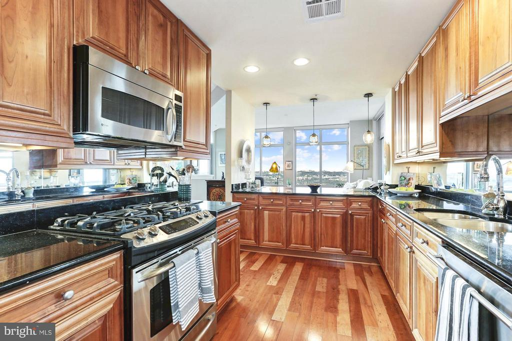 Chef's kitchen w/top-of-the-line SS appliances - 11990 MARKET ST #913, RESTON