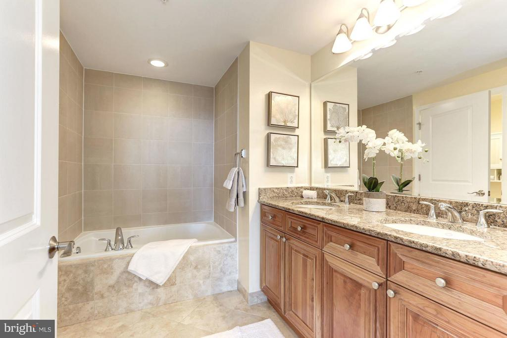 Master BA  w/double vanity, granite,  soaking tub - 11990 MARKET ST #913, RESTON