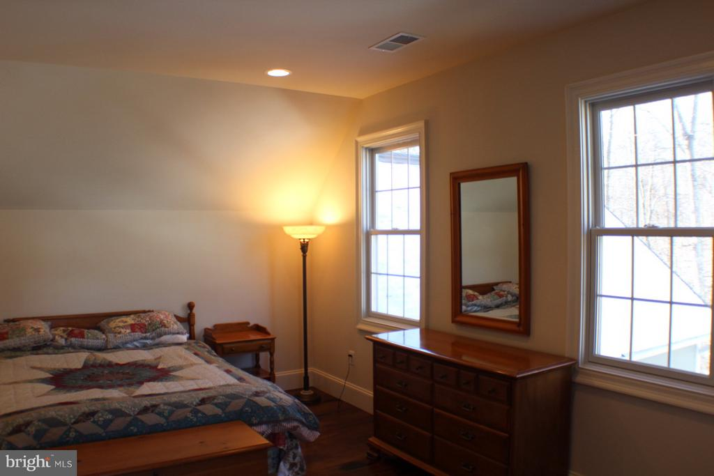SECOND BEDROOM WITH LOTS OF LIGHT AND 3 WINDOWS - 20970 STEPTOE HILL RD, MIDDLEBURG