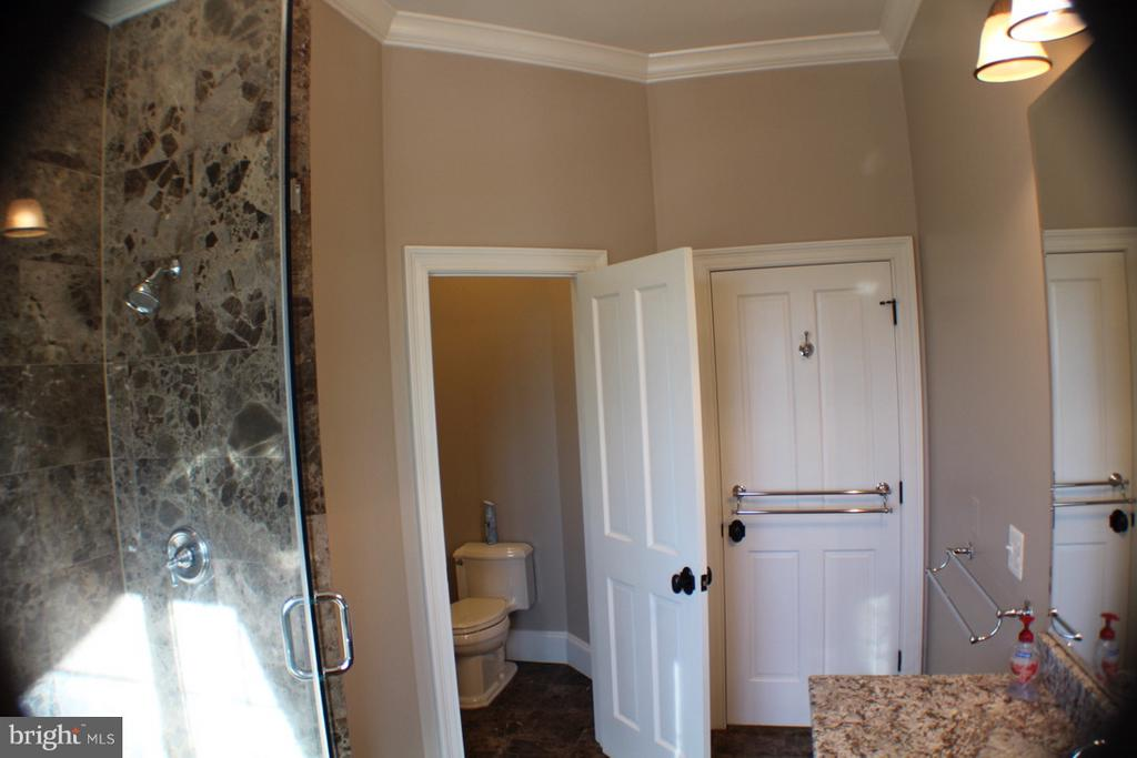OVERSIZED SHOWER AND SEPERATED TOILET AREA - 20970 STEPTOE HILL RD, MIDDLEBURG