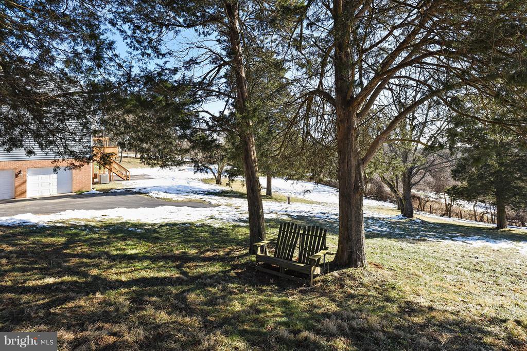Cozy sitting area in side Yard - 39877 THOMAS MILL RD, LEESBURG