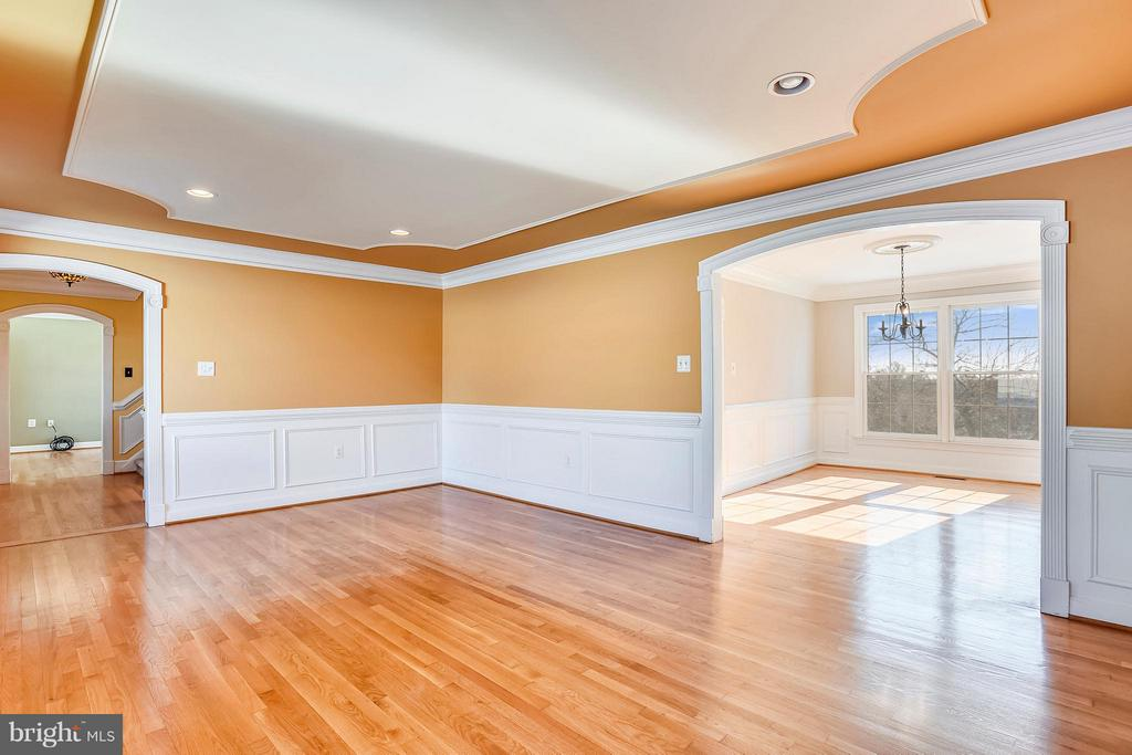 Large Living room with Crown Molding - 39877 THOMAS MILL RD, LEESBURG