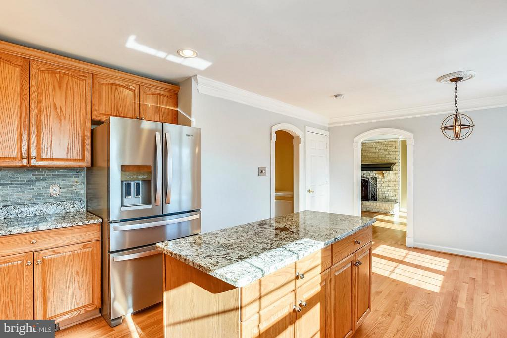 Kitchen w/ new applicances - 39877 THOMAS MILL RD, LEESBURG