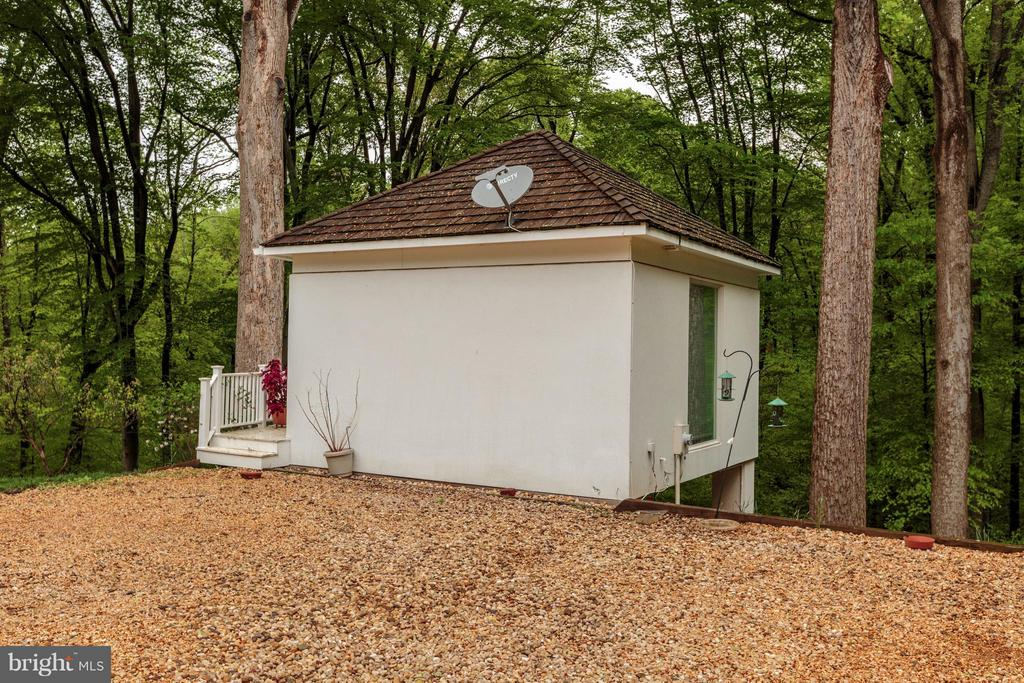 Guest house with Kitchenette and full bath - 7710 GEORGETOWN PIKE, MCLEAN