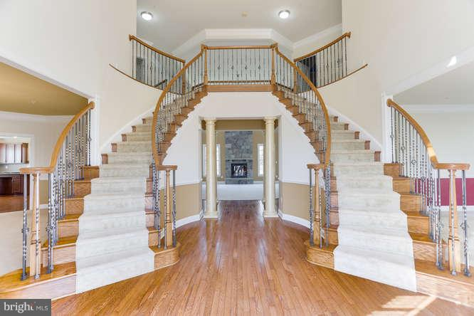 Dramatic entry way is made to impress - 8510 KITTAMA DR, CLINTON