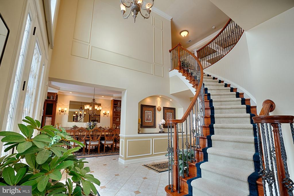 Curved stairs with custom carpet runner - 14786 BANKFIELD DR, WATERFORD