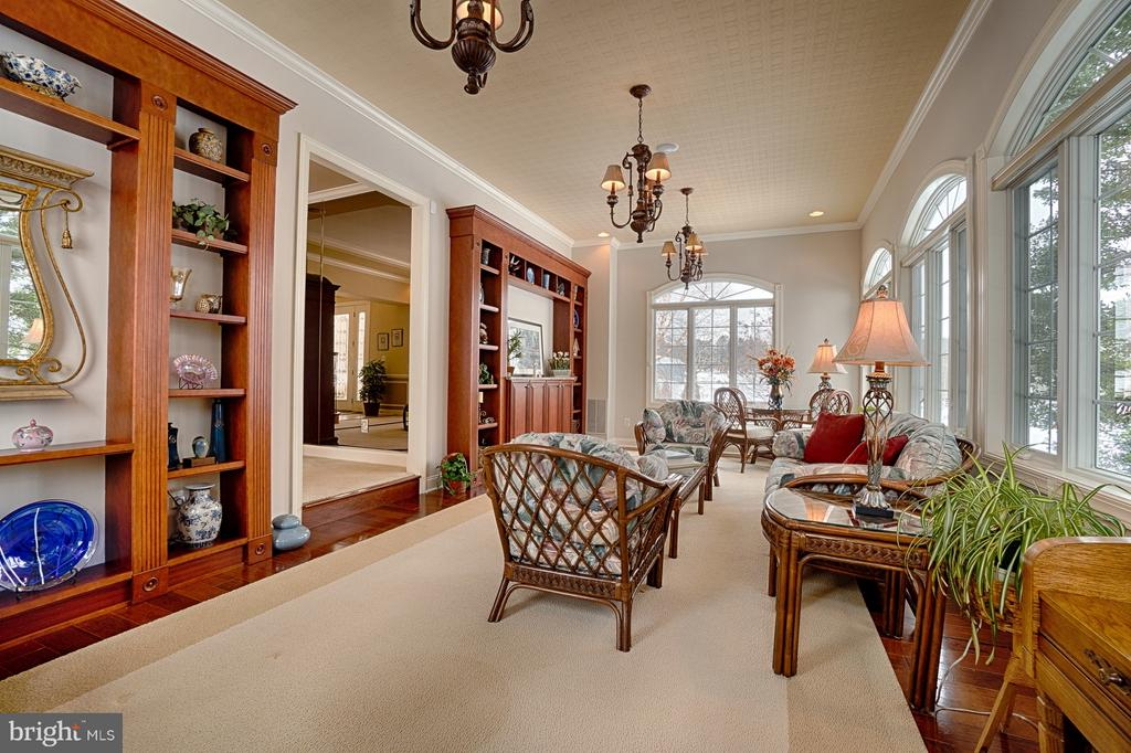 Solarium with custom built-ins and 3 chandeliers - 14786 BANKFIELD DR, WATERFORD