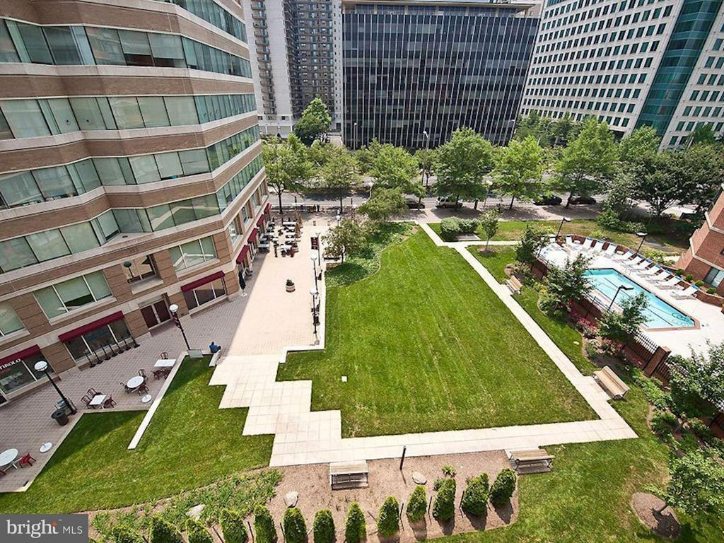 Unit faces SOUTH & faces this grassy courtyard! - 1001 N RANDOLPH ST #106, ARLINGTON
