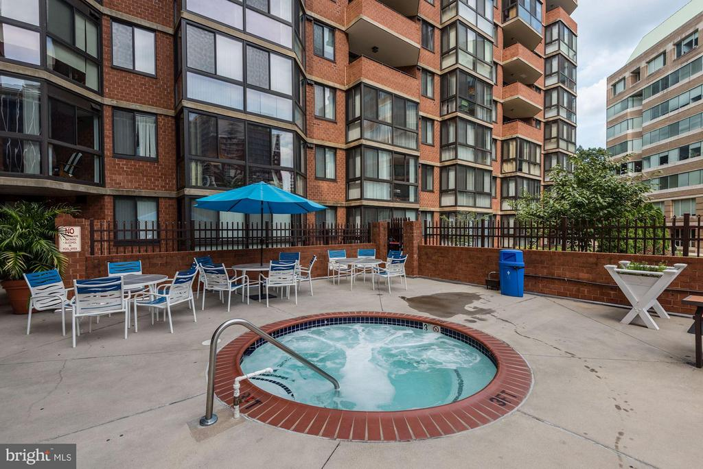 Community Hot Tub, Tables, Chairs, and BBQ Grills - 1001 N RANDOLPH ST #106, ARLINGTON