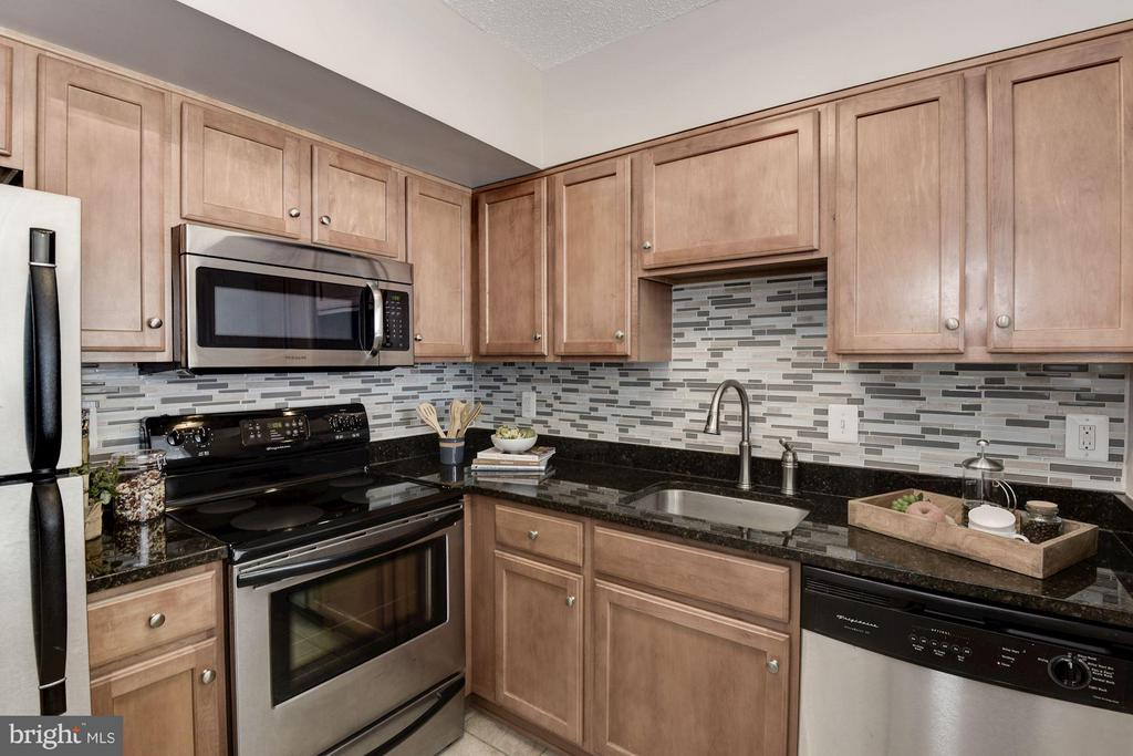 Kitchen features Custom Back Splash! - 1001 N RANDOLPH ST #106, ARLINGTON