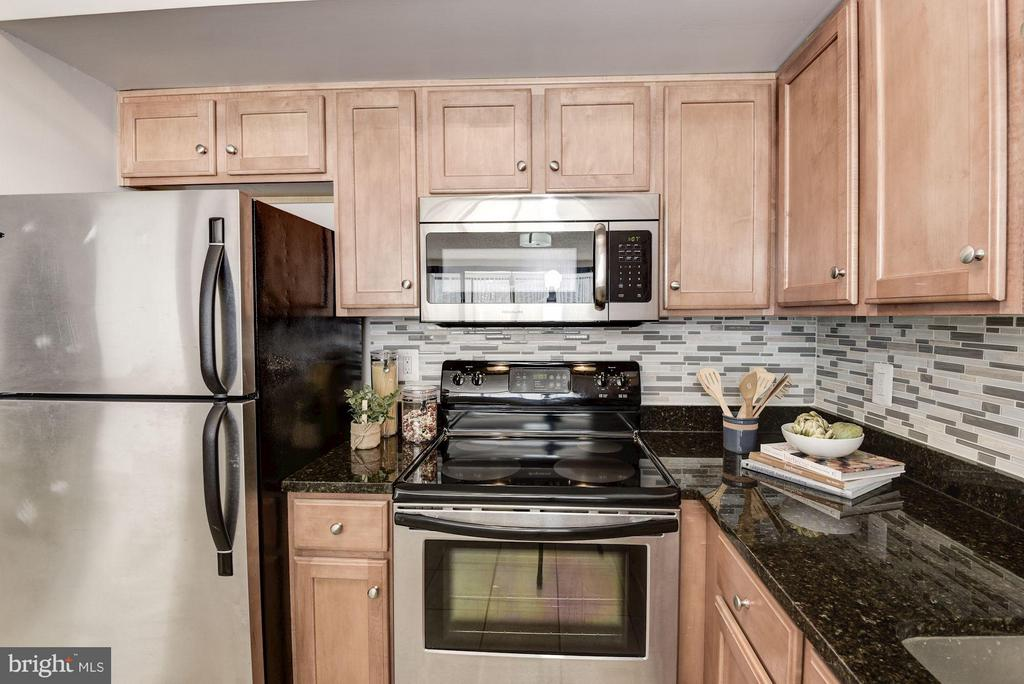 Kitchen - Stainless Steel Appliances and Granite! - 1001 N RANDOLPH ST #106, ARLINGTON