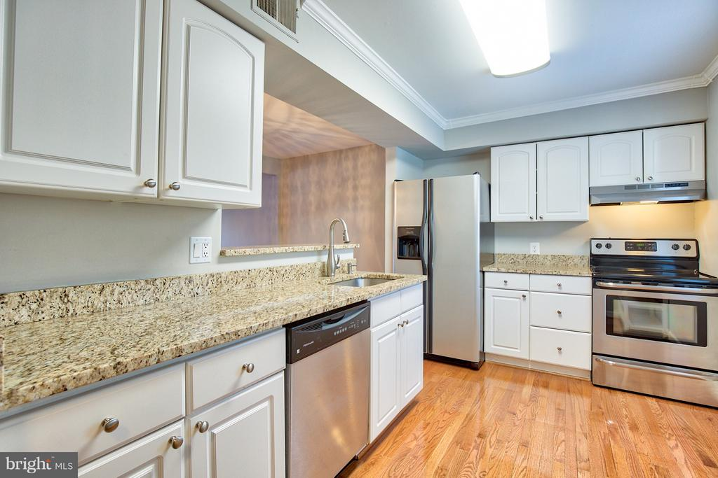 Granite countertops and new cabinetry - 2349 EMERALD HEIGHTS CT, RESTON